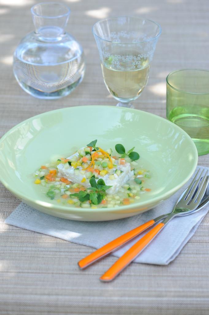 photographie culinaire de cabillaud et confettis de légumes