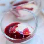 Confit de rose, crème légère et coulis de framboise - Vanessa Romano photographe et styliste culinaire