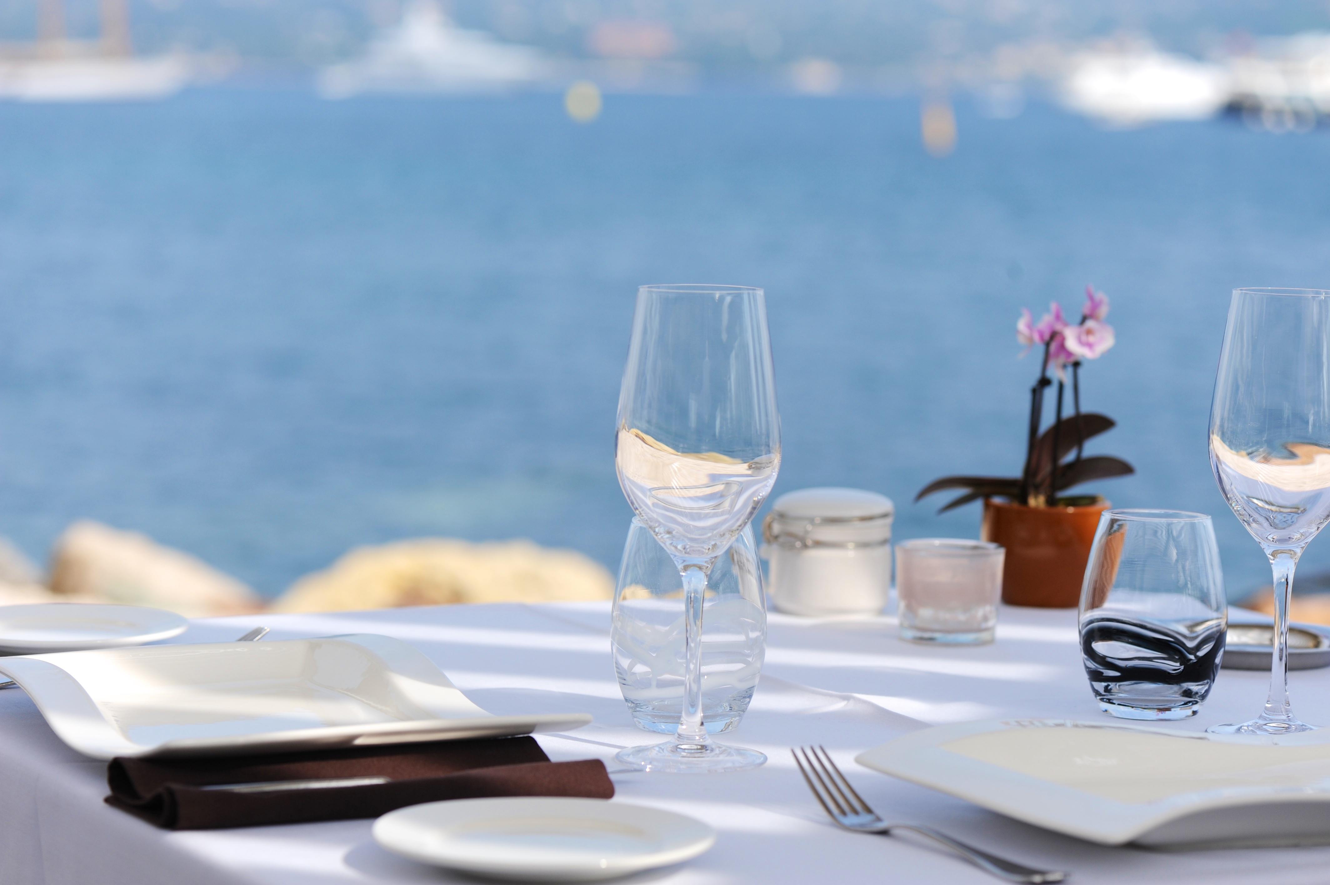 photo d'une table aux Viviers du Pilon à Saint Tropez Vanessa Romano