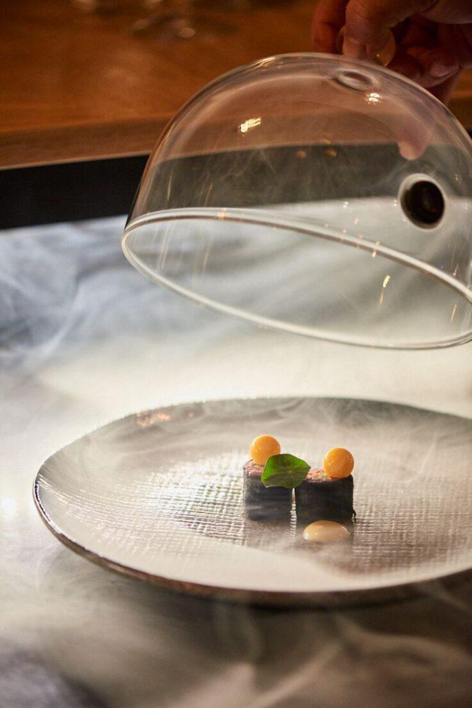 photographie culinaire d'un Sushi de tartare de renne fumés Icehotel