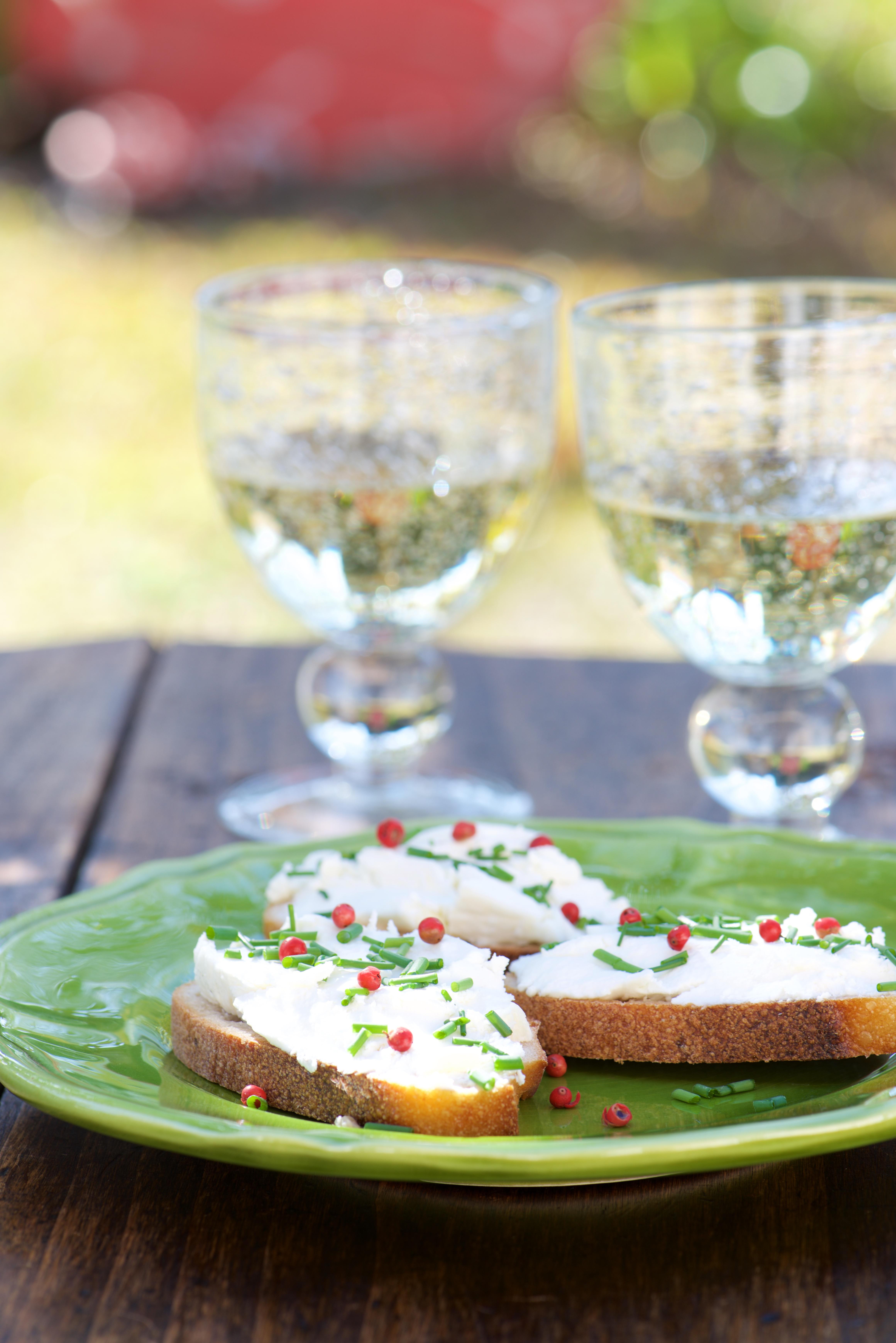 photo culinaire de tartines de chèvre frais, baies roses et huile au miel Vanessa Romano photographe