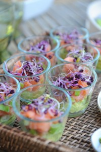 Verrines guacamole, saumon, pousses de chou rouge - Vanessa Romano - photographe et styliste culinaire