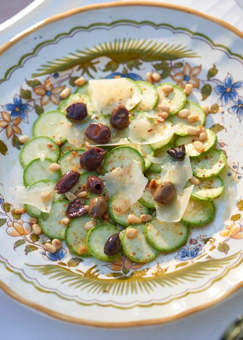 photo culinaire d'un carpaccio de courgettes fines