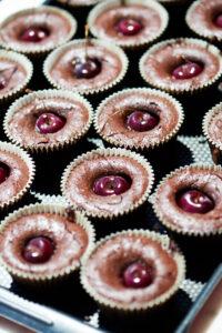 photo culinaire de gâteaux au chocolat et cerise