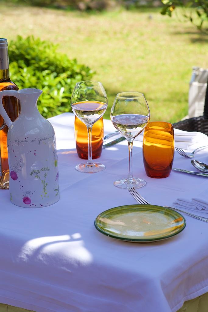 Photographie culinaire d'une table sur la terrasse du Jardin de Sébastien, restaurant gastronomique, Vanessa Romano photographe culinaire