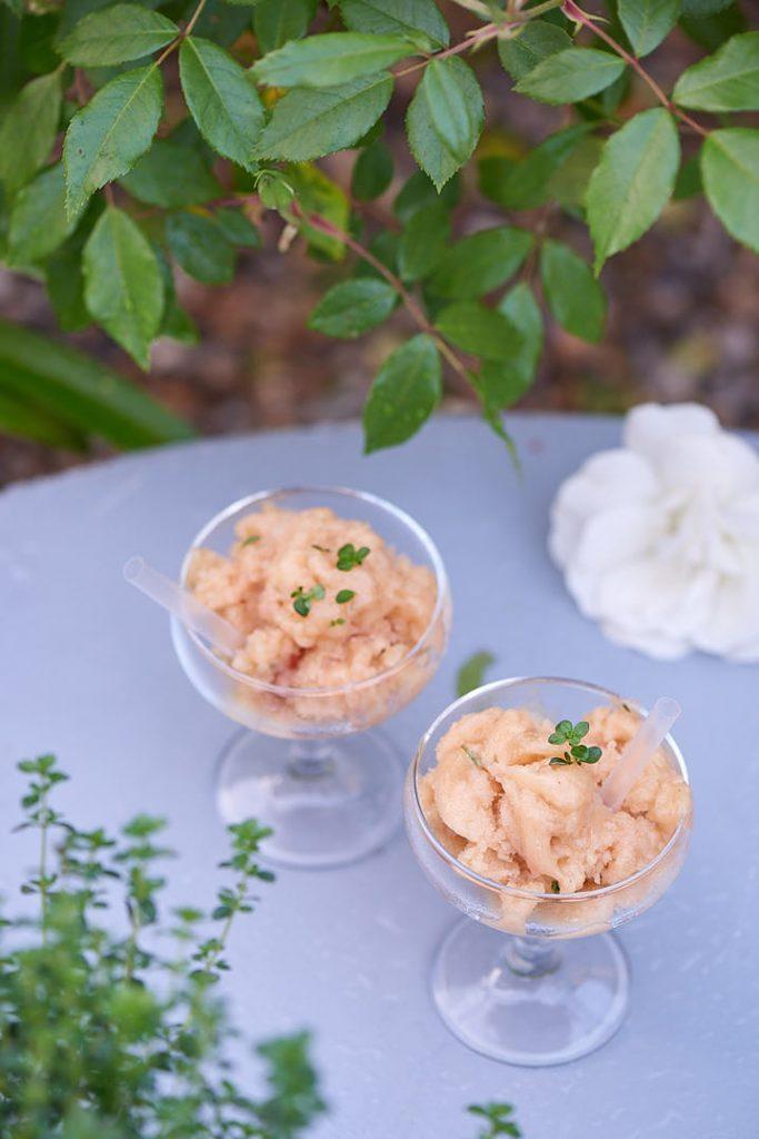 photographie culinaire d'un granité de pêche thym citron