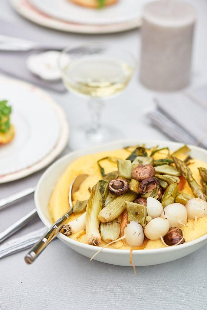 Stylisme et recette d'une polenta et légumes de printemps grillés pour le magazine Esprit Veggie