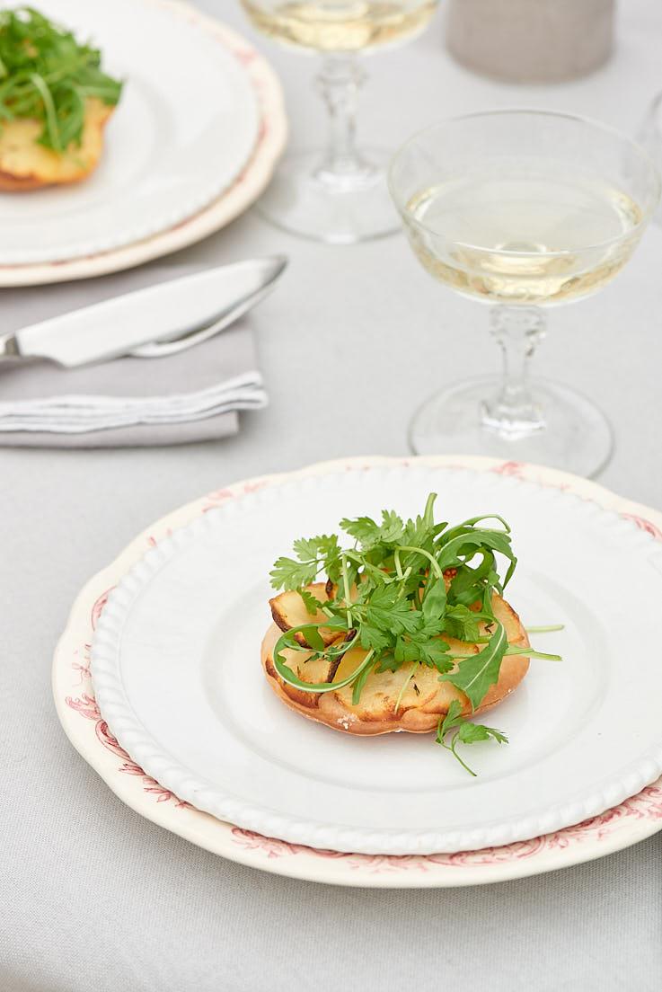 Stylisme et photo d'une tarte fine aux pommes de terre pour le magazine Esprit Veggie