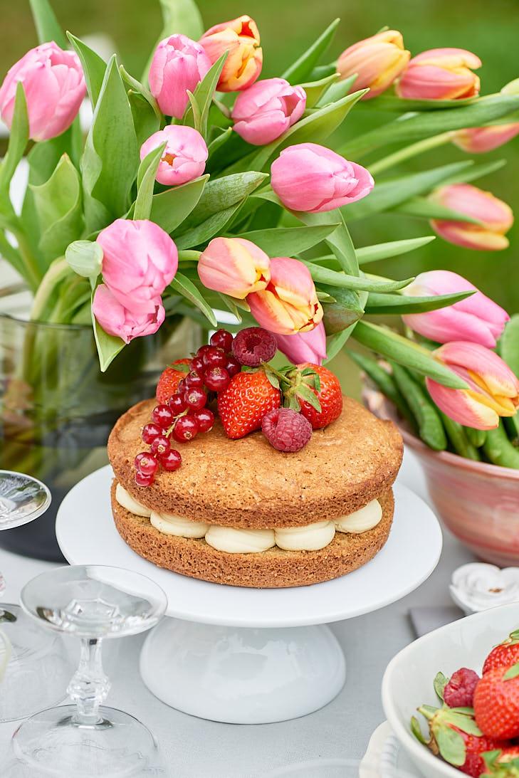 Photographie et stylisme d'un victoria sponge cake de printemps pour le magazine Esprit Veggie
