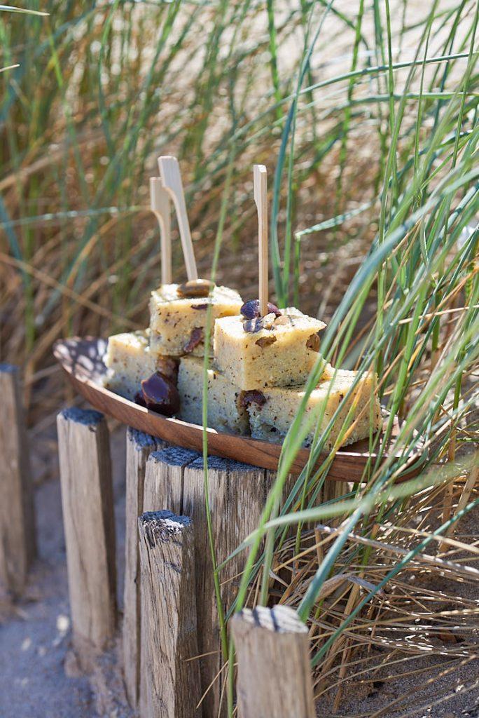 photographie culinaire d'une polenta aux olives