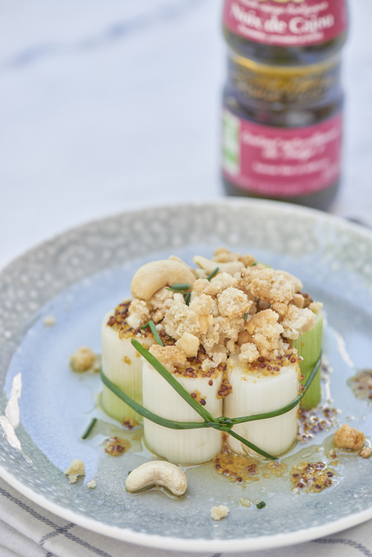 photographie culinaire de poireaux vapeur crumble de noix de cajou