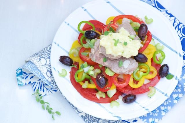 photographie culinaire de salade grecque skordalia
