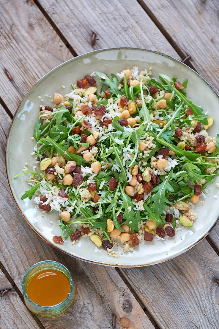 photographie culinaire de salade de riz aux fruits secs