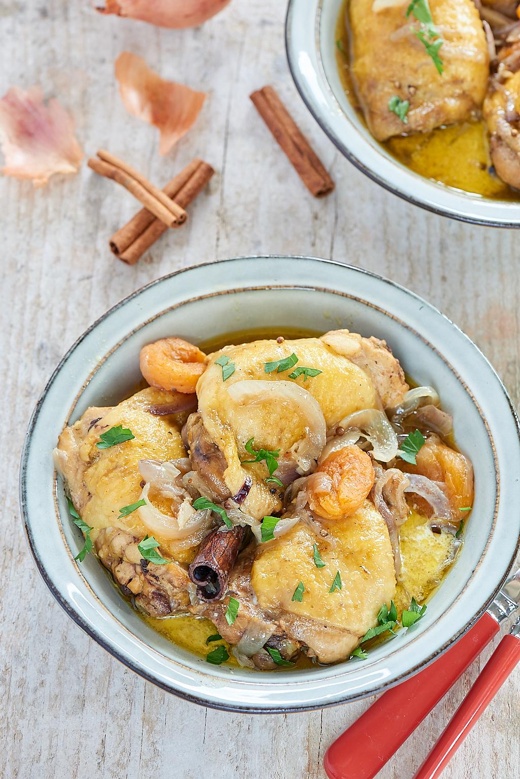 Photo culinaire d'un tajine de poulet