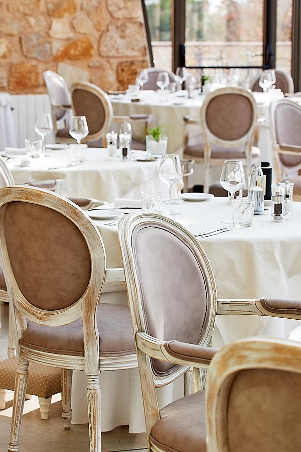 Photo professionnelle des tables de la véranda de la Bastide de Tourtour